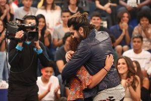 Luan Santana abraça fã da plateia (Foto: Carol Caminha/Gshow)