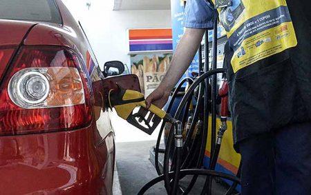 PORTO ALEGRE,RS,14.10.2016:PETROBRAS-REDUÇÃO-PREÇO - Movimentação em posto de combustível de Porto Alegre (RS), nesta sexta-feira (14). A Petrobras informou hoje que a diretoria executiva da companhia aprovou na véspera a implantação de uma nova política de preços de gasolina e diesel comercializados em suas refinarias. A companhia decidiu reduzir o preço do diesel em 2,7% e da gasolina em 3,2% na refinaria. Esses preços entrarão em vigor a partir da zero hora de sábado (15). (Foto: Rodrigo Souza/Futura Press/Folhapress)